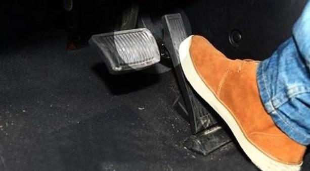 手動擋起步,一邊鬆離合一邊踩油門會傷車麼?聽聽老車主怎麼說