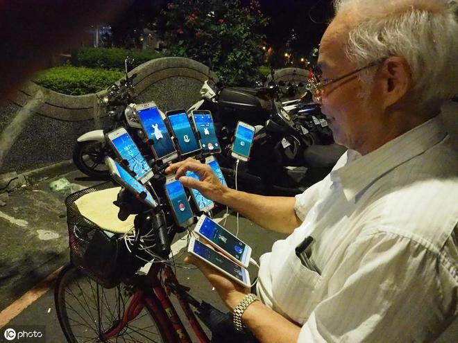 70歲老人沉迷遊戲,出門帶24部手機,凌晨4點也不睡覺