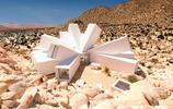 集裝箱打造的鋼鐵藝術作品,猶如沙漠中盛開的花朵