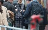 網紅出街保鏢護體 貝拉·哈迪德坐列車全程耍酷臉夠臭!