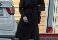 """44歲安吉麗娜·朱莉氣質到骨子裡!""""基礎款""""大衣都能穿出高級感"""