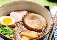 日本拉麵湯怎麼熬製成?