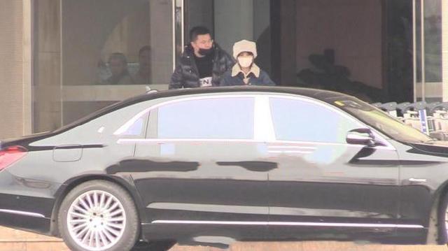 趙麗穎夫妻二人合體現身機場,馮紹峰躲孕妻抽菸小舉動貼心又寵妻