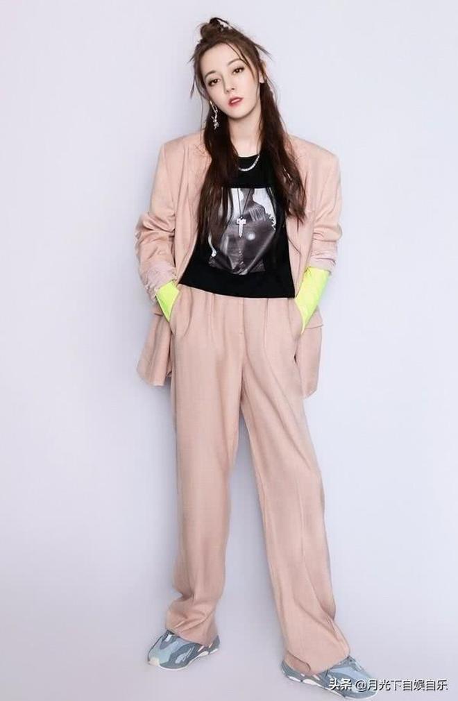 迪麗熱巴一身粉色的休閒西裝,造型太吸引人了