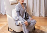 劉嘉玲身穿灰色西裝,成熟大氣時尚有範,堪稱中年女性的穿搭模板