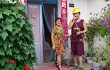 山村漢子網聊討媳婦,生活有品位,冒雨騎新買的摩托接回孃家媳婦