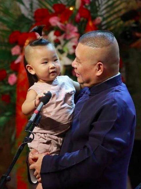 郭德綱4歲兒子穿大花褂豪宅拍照,5萬塊的手環太搶眼了