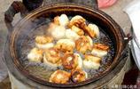 河南農村集市上80歲老人賣一種美食生意紅火,女兒說媽媽是活招牌