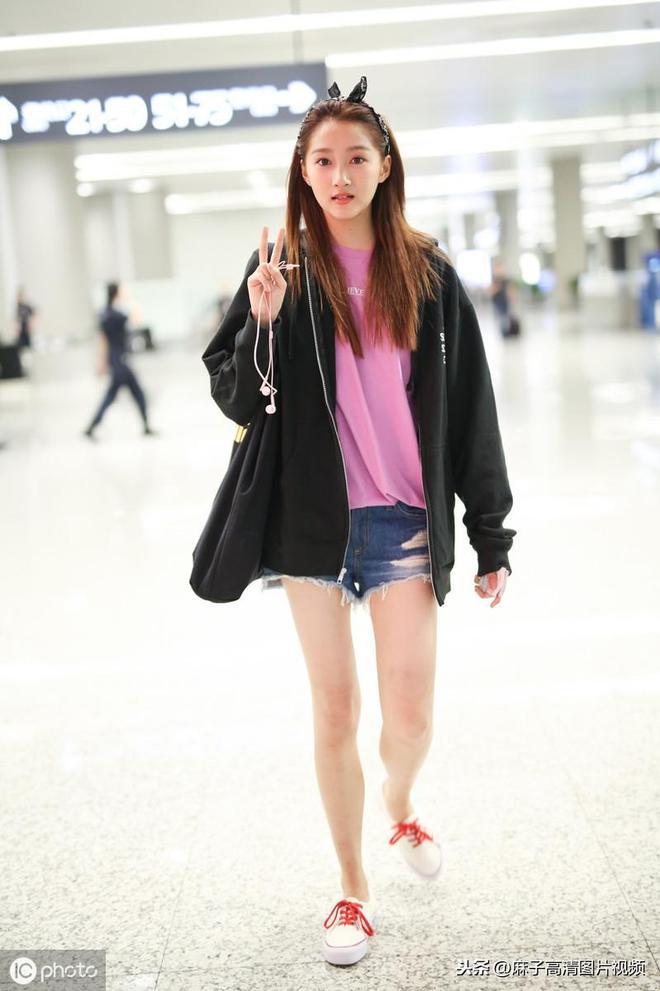 關曉彤,國民閨女,從小美到大,顏值好看,身材大長腿,很吸睛