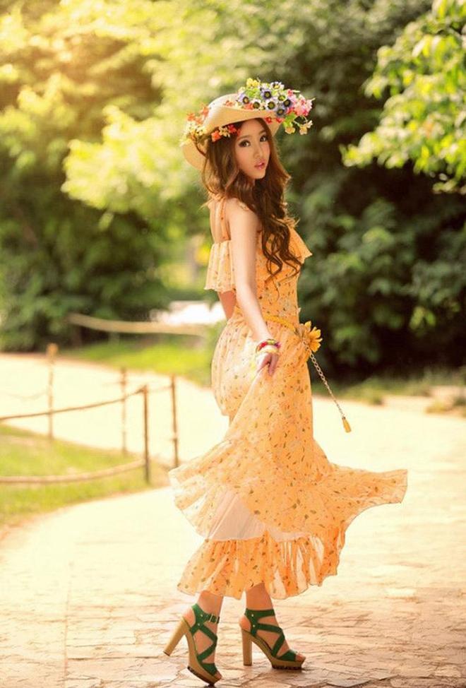 小智圖說-蘆葦湖畔頭戴花環的長髮美女和穿橘色花裙的唯美佳人!