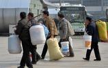 """春運路上,農民工對它情有獨鍾,塑料桶為何成了""""百變神器""""?"""