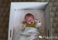 芬蘭寶寶一出生就睡小紙箱,媽媽們都應該看看!