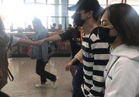 薛之謙回國現身機場,真愛粉等候多時,並拉人牆保護其不被騷擾