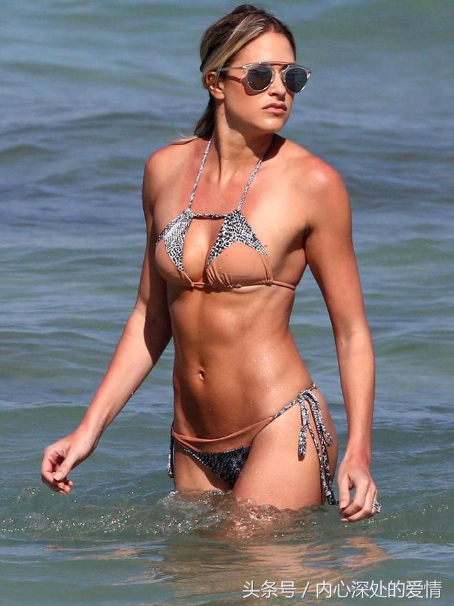 女星 凱莉·凱莉 現身邁阿密海灘 還是被身旁的壯漢搶鏡了
