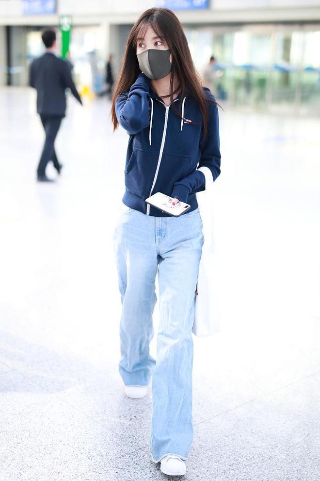李菲兒簡約運動風穿搭,戴口罩現身機場,長髮飄飄變身鄰家小姐姐