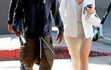 凱莉·詹娜時尚混搭大秀美腿,和男友一路疾行氣場強大