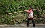 苗寨裡的留守兒童,每天徒步5公里上學,早早承擔照顧弟妹的責任