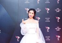 女星單薇出席金獅獎 白色長裙盡顯仙女氣質