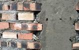 男子回老家砌房子,看到這柱子就哭了,包工頭:不返工