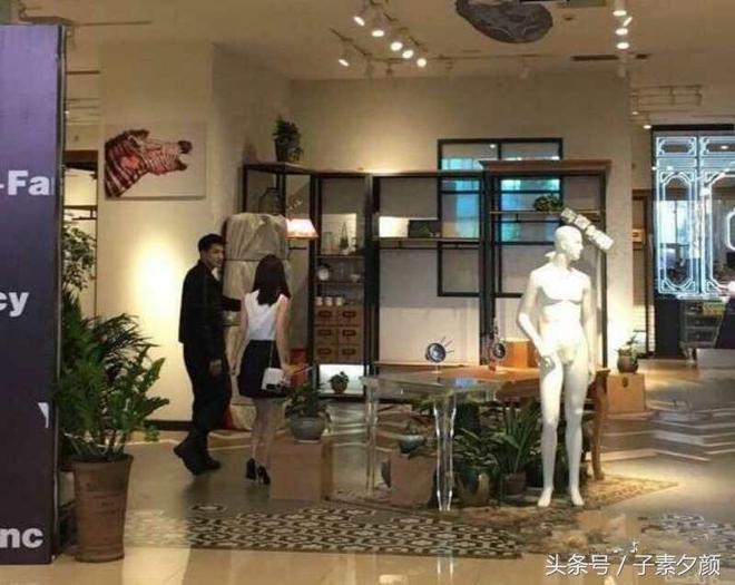 胡歌去上海動物園,路人:比電視裡還帥,趙麗穎現身商場背影瘦小