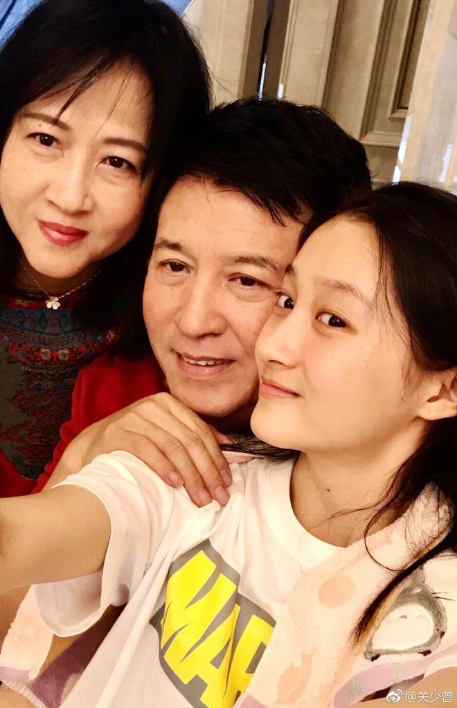 關曉彤素顏出鏡拍全家福 爸爸親自下廚媽媽年輕漂亮顏值高
