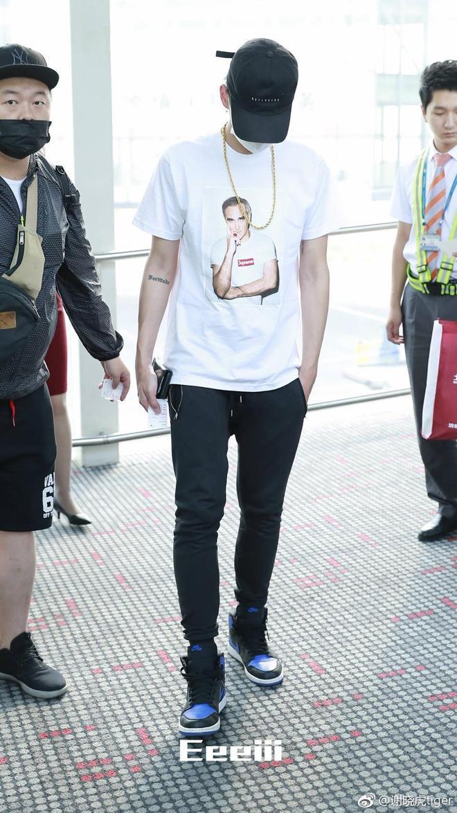 吳亦凡現身機場 口罩遮面金鍊子搶眼