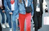 低調低調!李小璐現身機場,紅色長褲十分的顯眼,笑容很甜!