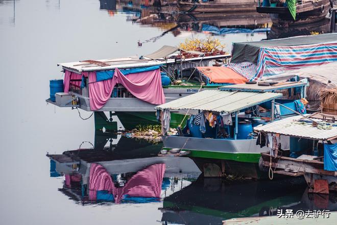胡志明市河上的花農,吃喝拉撒全在船上,船底下是漆黑的汙染河水