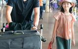 王菲帶女兒出遊照,未10歲就懂時尚,李嫣首次走秀,氣質hold全場