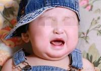 母親帶小孩下樓溜達,小孩不停的哭,別人的指責讓母親很羞愧!