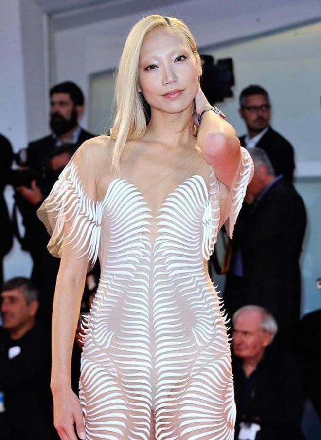 樸秀珠出席活動 薄紗透視裝大秀美背 網友:跟沒穿沒啥區別