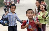 河南三門峽盧氏農村孩子40年來上學路 從跑山路到專線小車接送