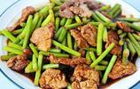 難怪大廚們炒的蒜薹炒肉那麼好吃,原來是有竅門的,小白也可以!