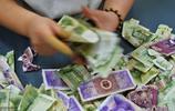 探祕公交點鈔員的一天,月收入不足2000元,數錢數到手抽筋