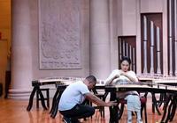 15歲截癱女孩參加古箏比賽:父親舉琴架,觀眾評委淚目