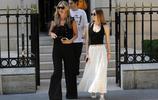 傳奇超模凱特·摩絲和女兒現身巴黎,黑色闊腿長褲+高跟鞋顯腿長