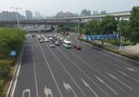 最左側車道是快車道,為什麼車反而最少,車主:被坑怕不敢走了