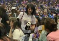 黃子韜媽媽現身兒子演唱會,高顏值曝光神似鄭爽,網友:這是姐姐