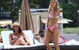 超模喬伊·科里根與好友海邊度假,網友:她去到哪裡都是焦點!