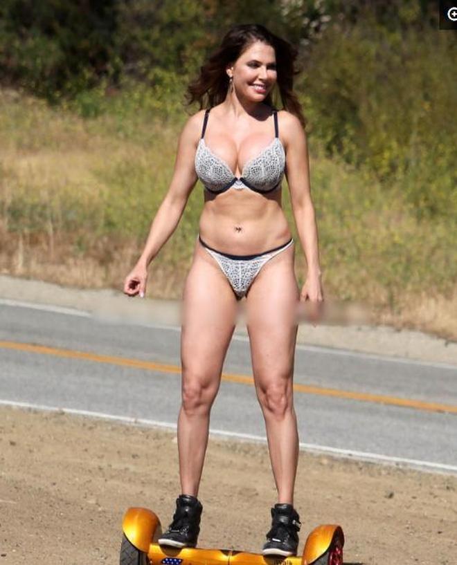 歐美女星喜歡以平衡車代步,安全感十足的她在上面大秀絕技