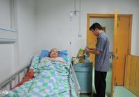 母親中風癱瘓,老婆要把母親送到養老院,鄰居卻說兒媳做的好