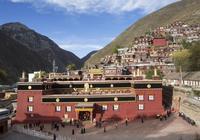 這裡是藏族格薩爾王故里,有著純淨的生態美景和靈魂