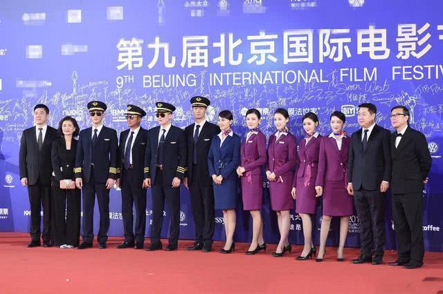 李沁空姐服與袁泉張天愛同框亮相,網紅照姿勢大秀長腿果然很機智