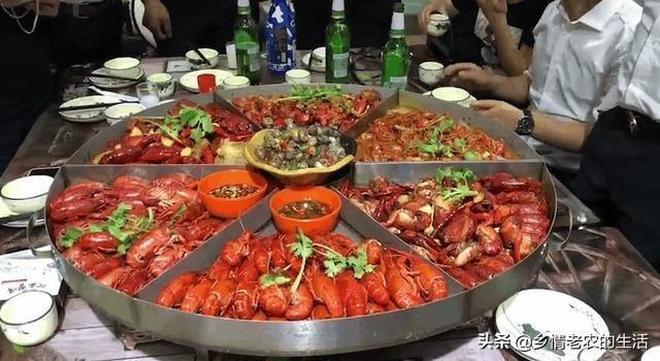老闆請員工吃飯,20個人只點了2個菜,你們看看這樣的老闆怎麼樣