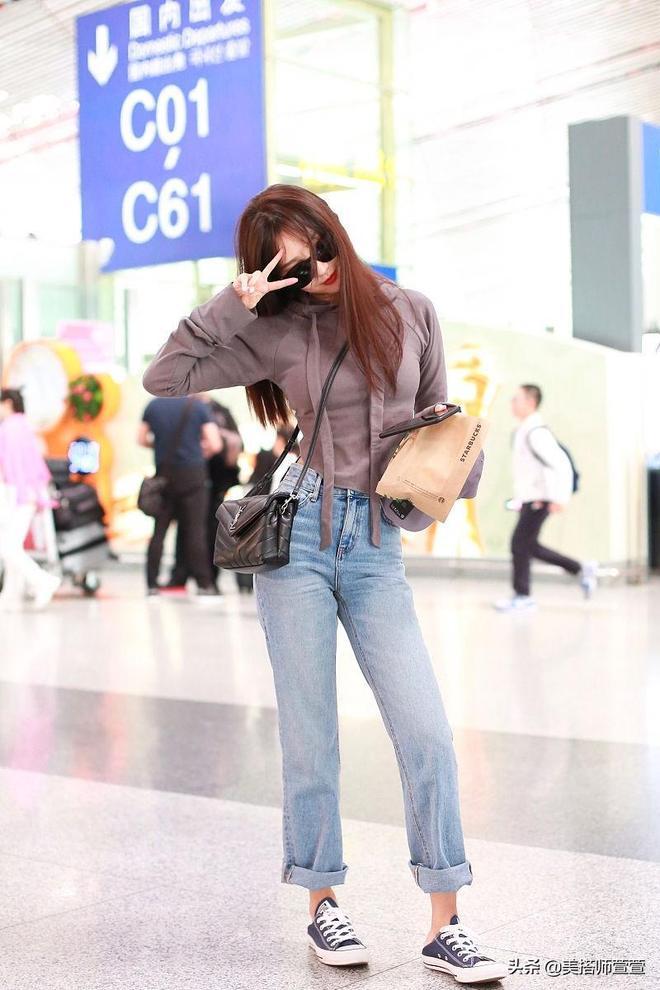 李菲兒簡約穿搭凸顯纖瘦好身材,面戴黑墨鏡星氣滿滿