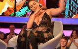 女星夏奈爾麥考莉穿吊帶裙參加節目錄制,熱情與觀眾互動很開心