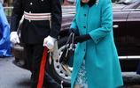 英女王一身馬卡龍色現身倫敦街頭 瞬間點亮沉悶的冬天!
