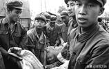 1976年唐山大地震,解放軍戰士在全力搜救