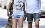邁克爾傑克遜18歲的女兒身穿T恤+牛仔短褲出街,展高挑身材