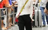 鄧紫棋身穿休閒褲現身機場,頭上的髮夾亮了,網友:還是穿皮褲吧